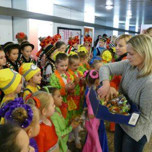 Marina von InterFriendship verteilt Geschenke an Tanzgruppe